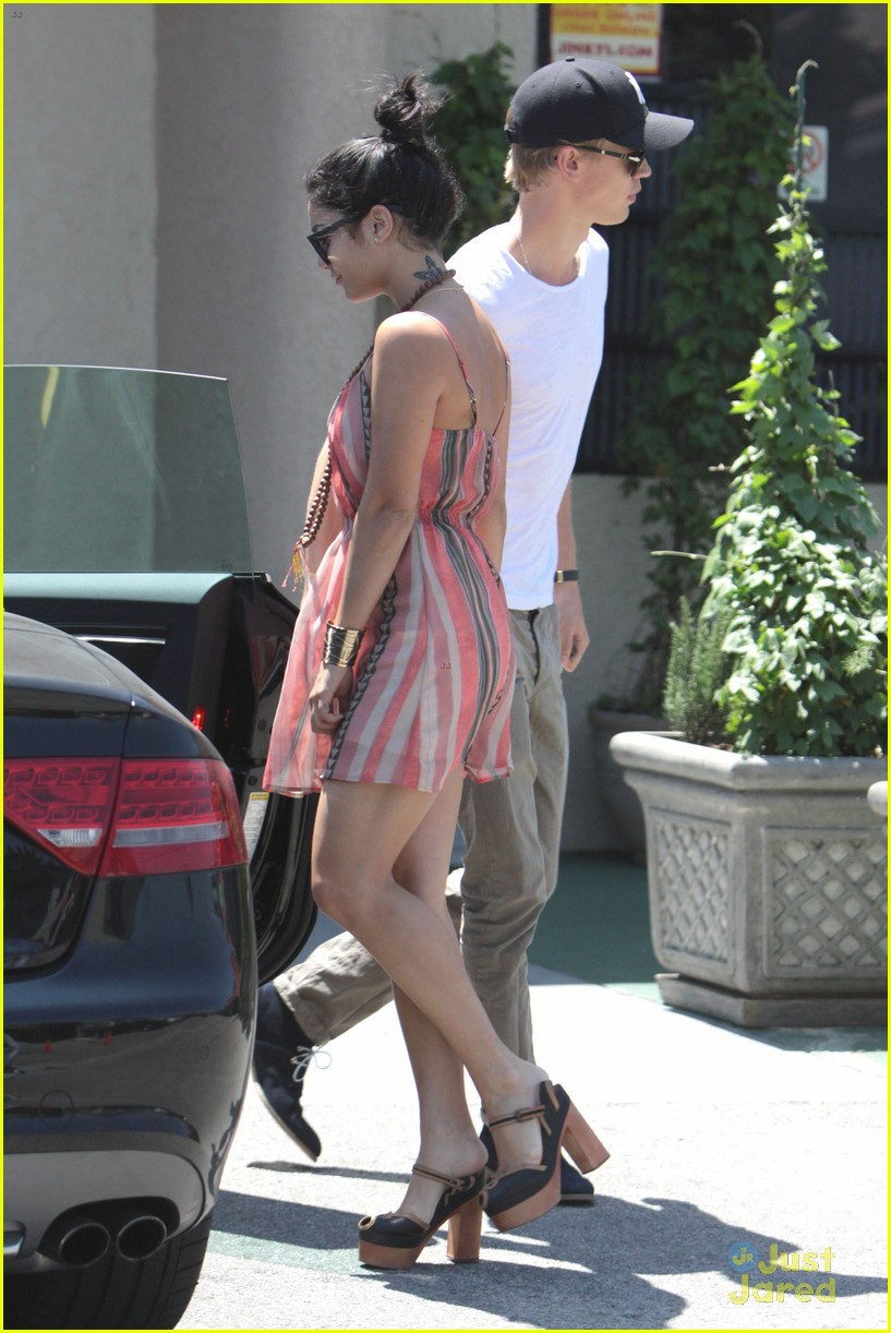 vanessa hudgens austin butler studio cafe couple 05