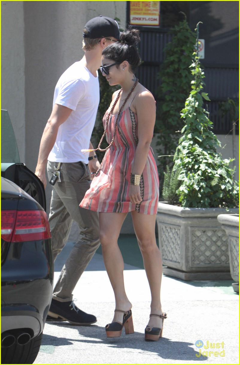 vanessa hudgens austin butler studio cafe couple 08