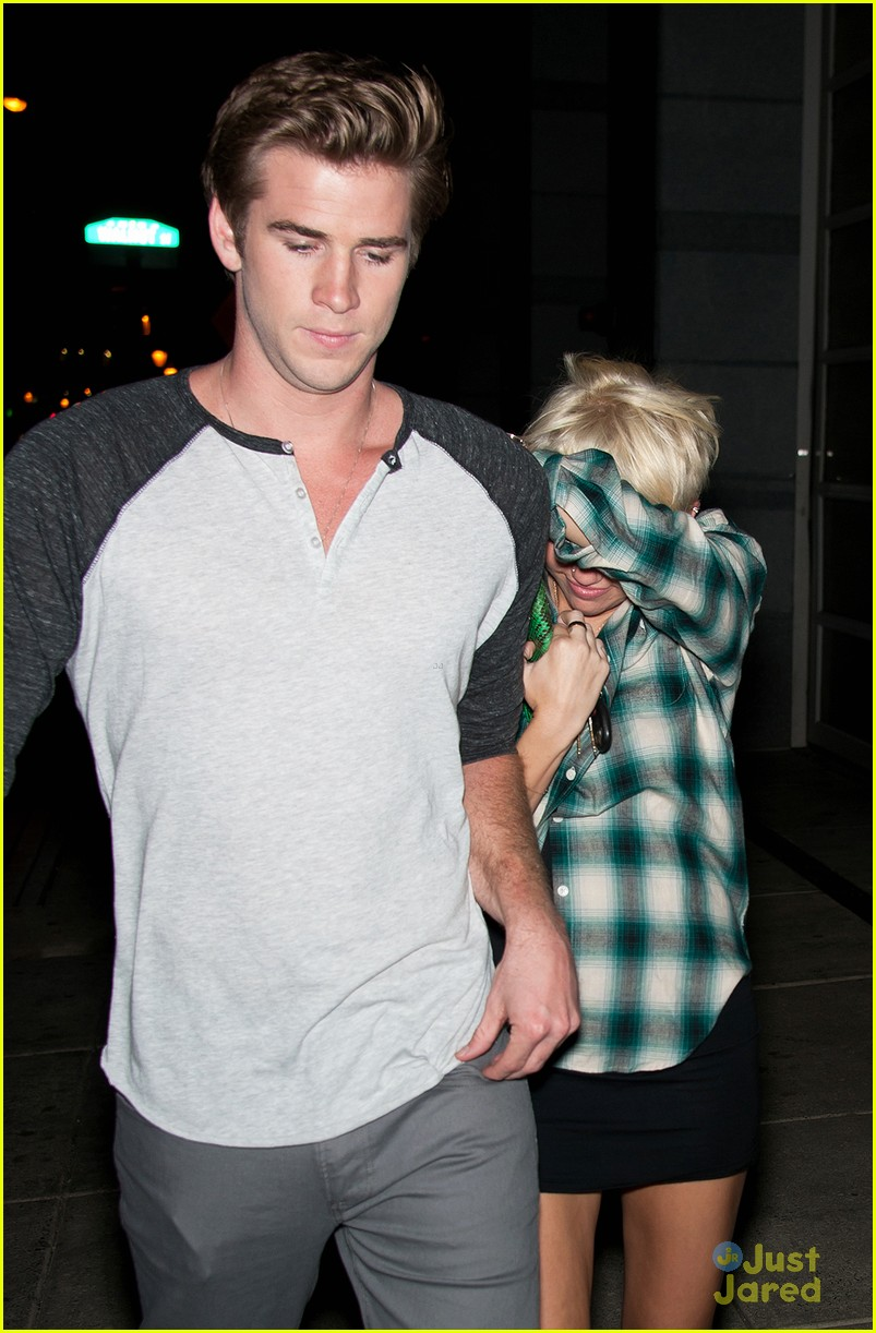 miley cyrus liam hemsworth hair hide 04