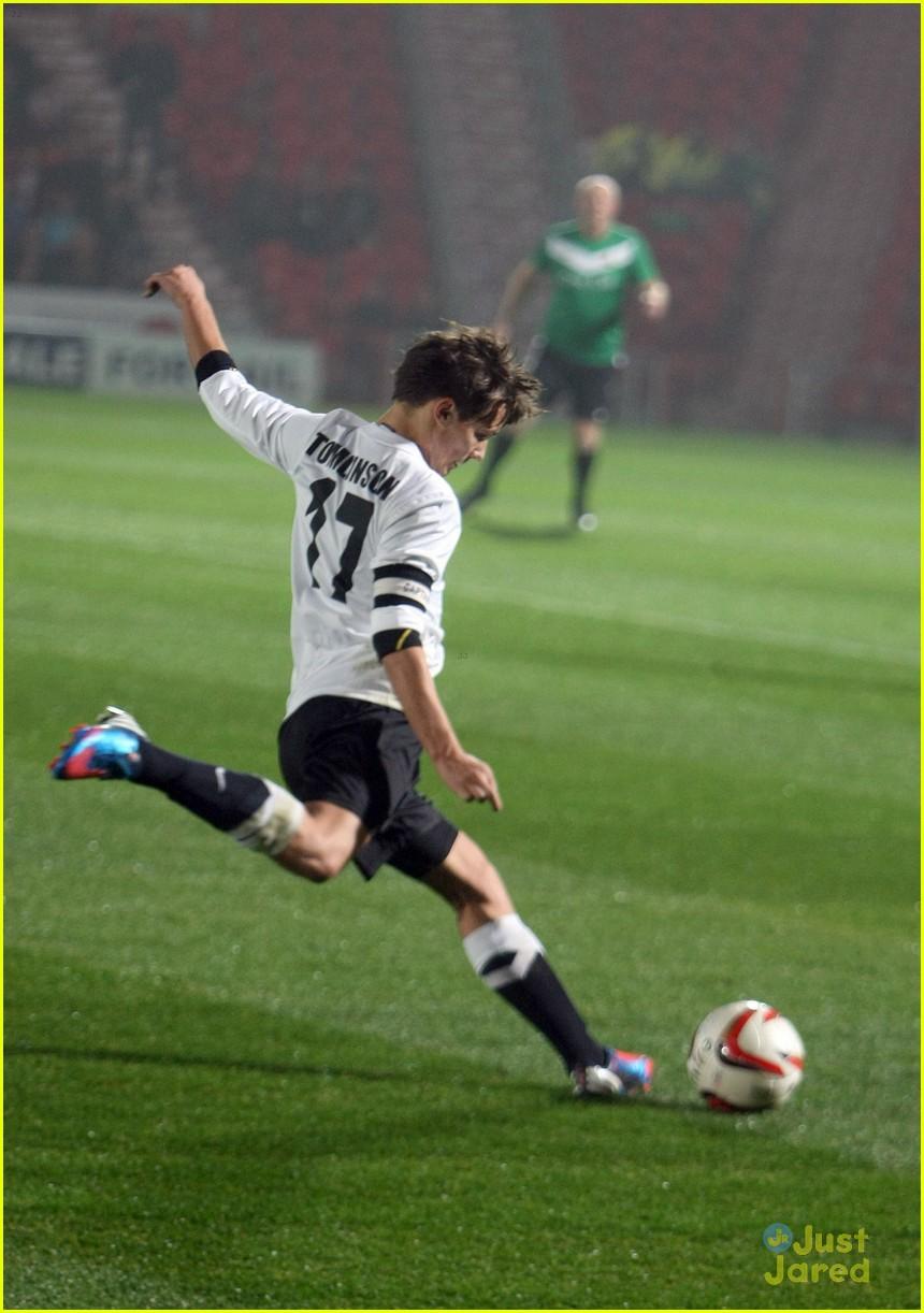 Louis Hace Un Partido De Futbol A Beneficio One Direction