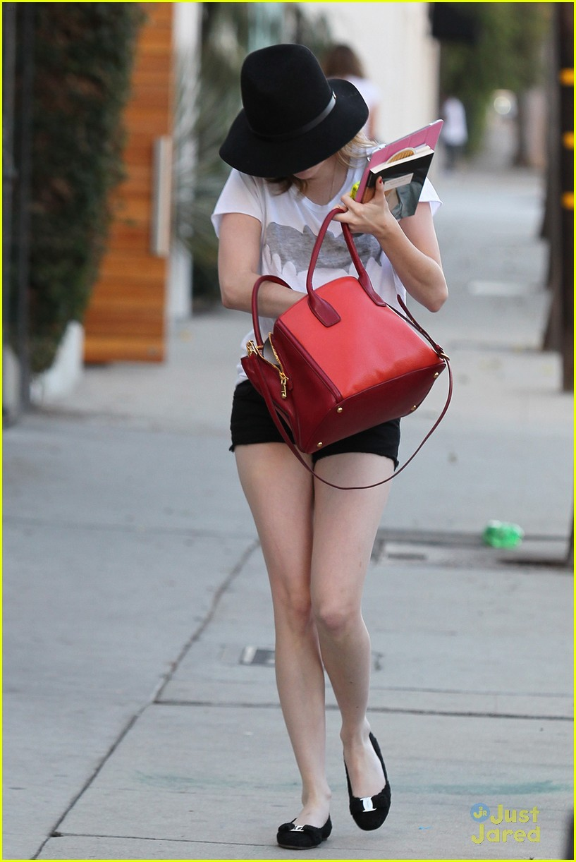 emma roberts digs red purse 02
