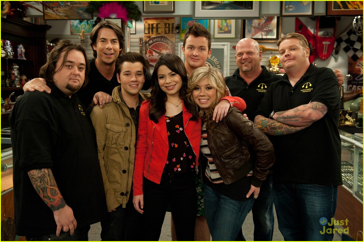 The iCarly gang snaps a pic with the Pawn Stars cast after filming an
