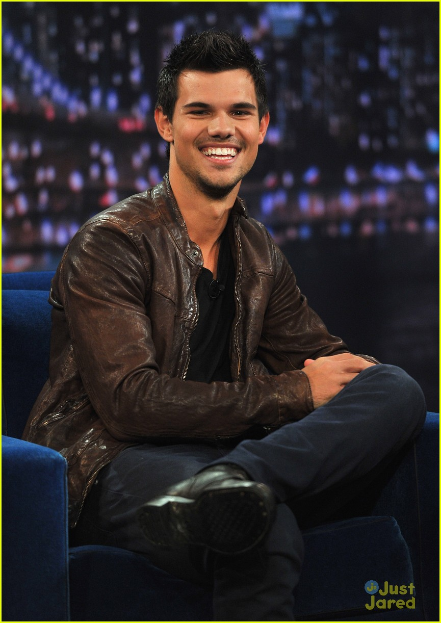 taylor lautner late night race 05