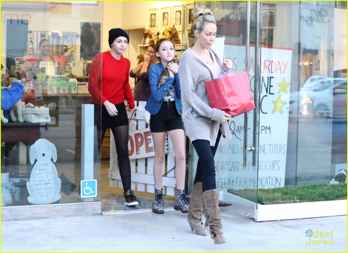miley cyrus adopts new pup 07