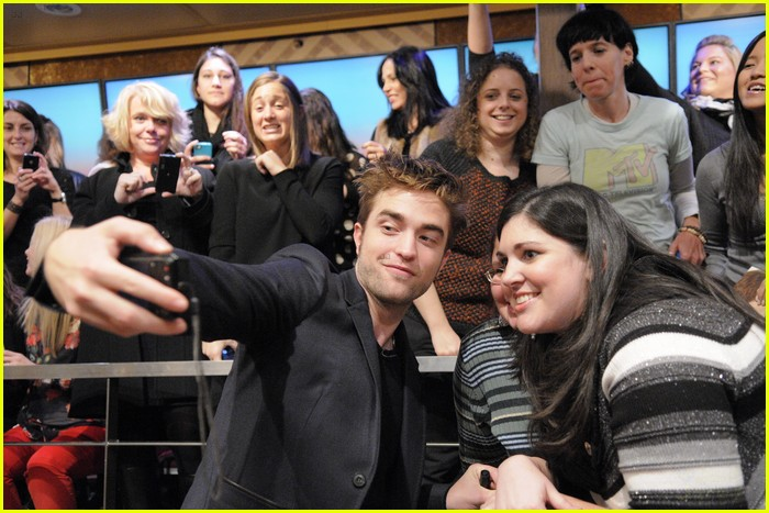 robert pattinson live kelly michael 02