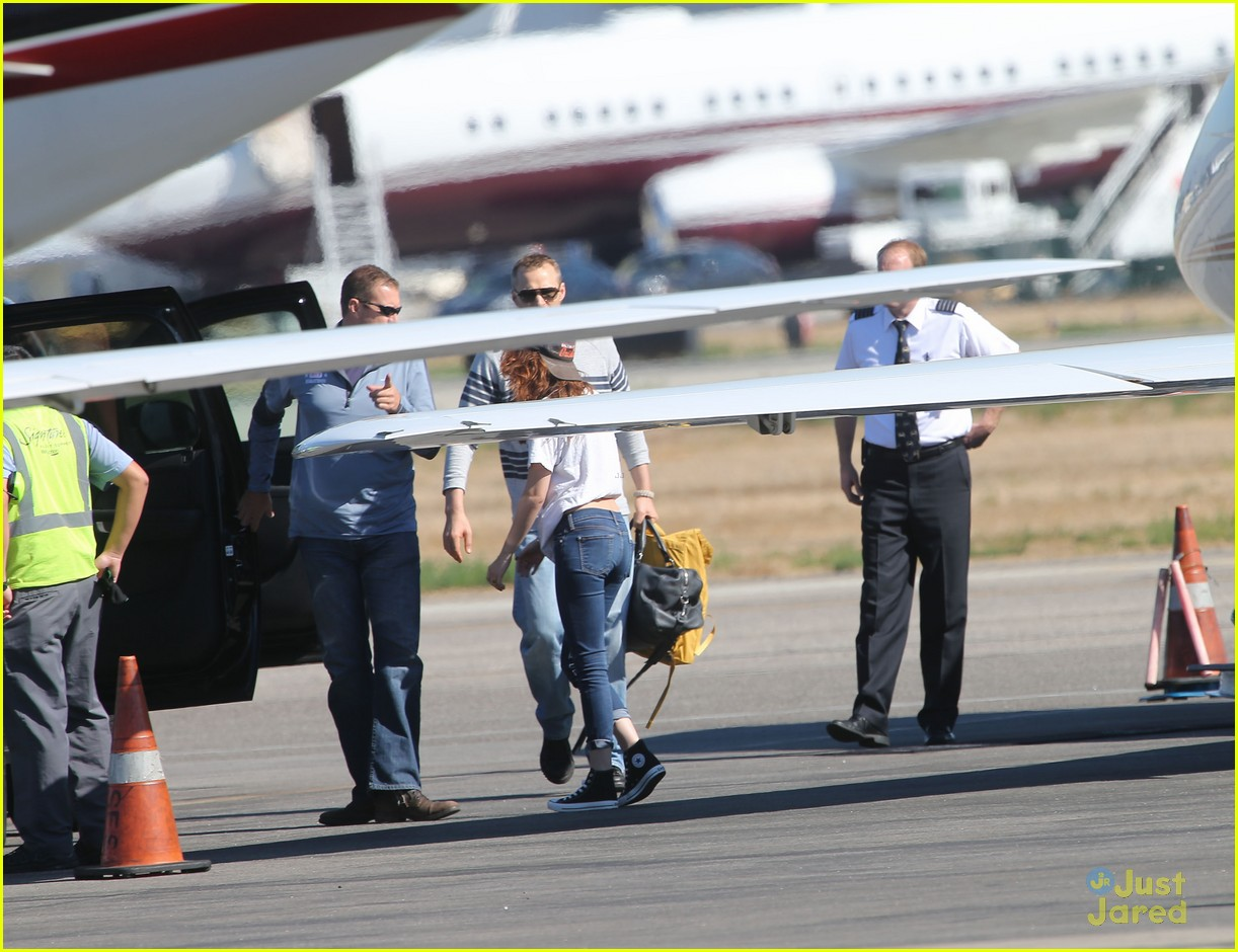 robert pattinson kristen stewart private plane 02
