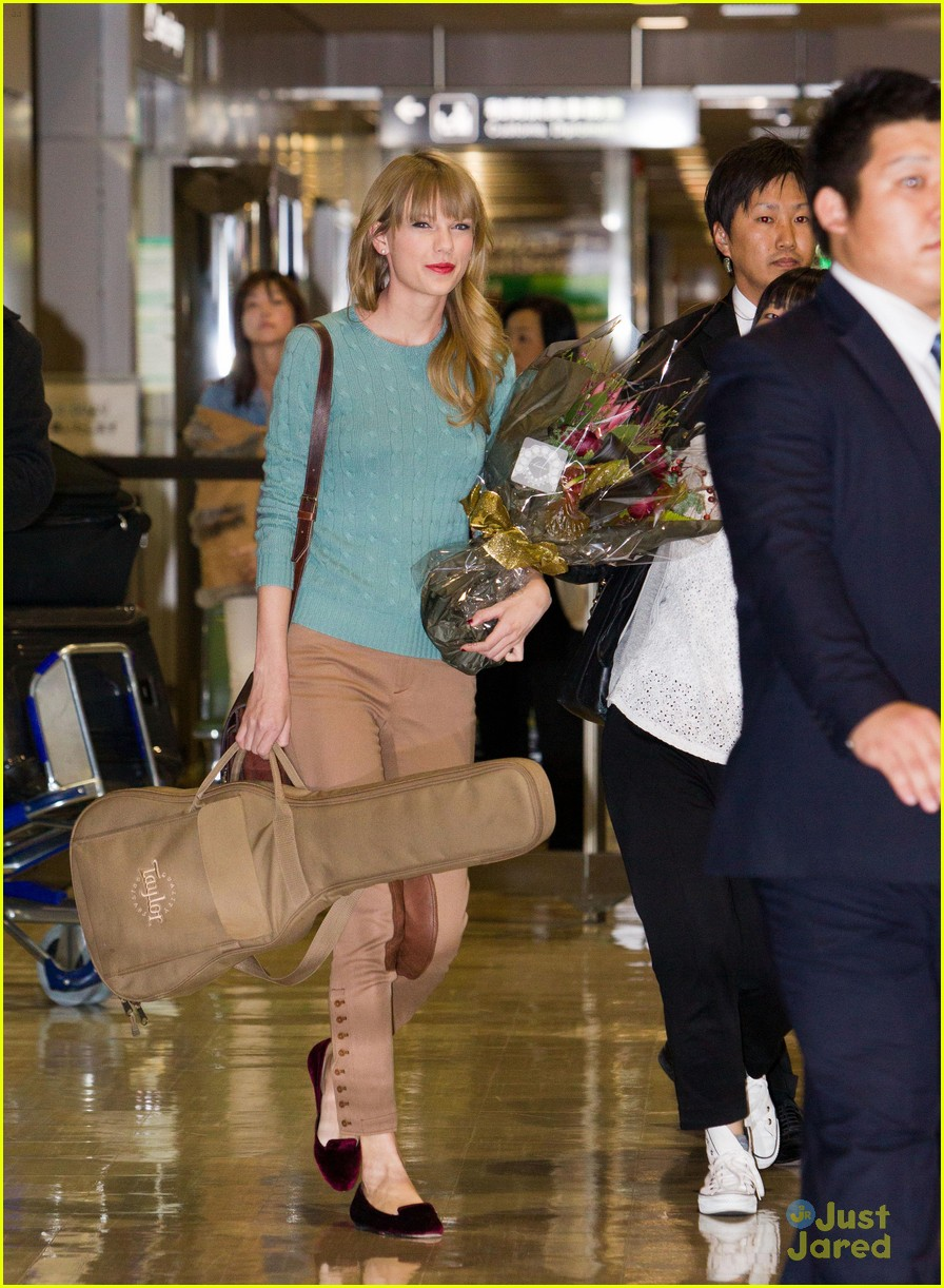 taylor swift tokyo airport 02