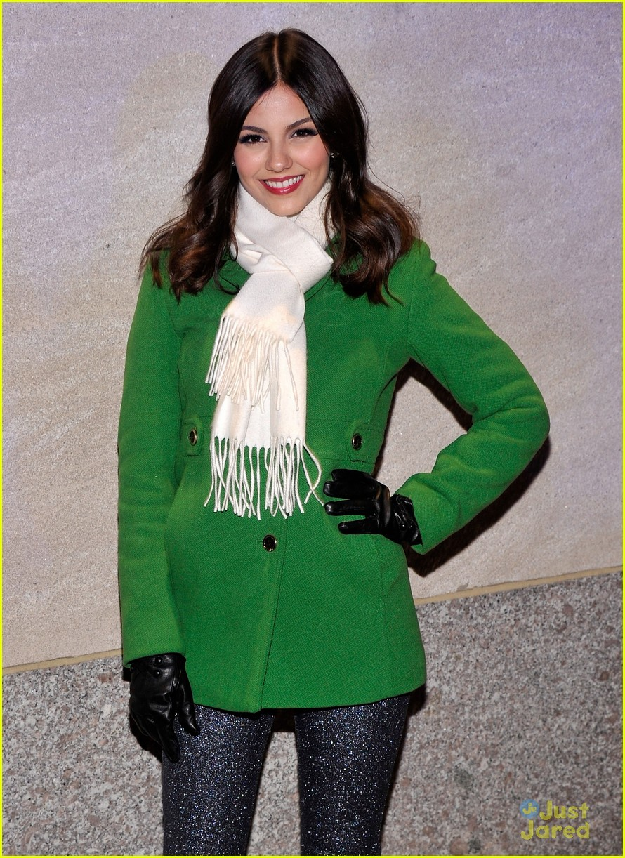 victoria justice rockfeller tree lighting 06