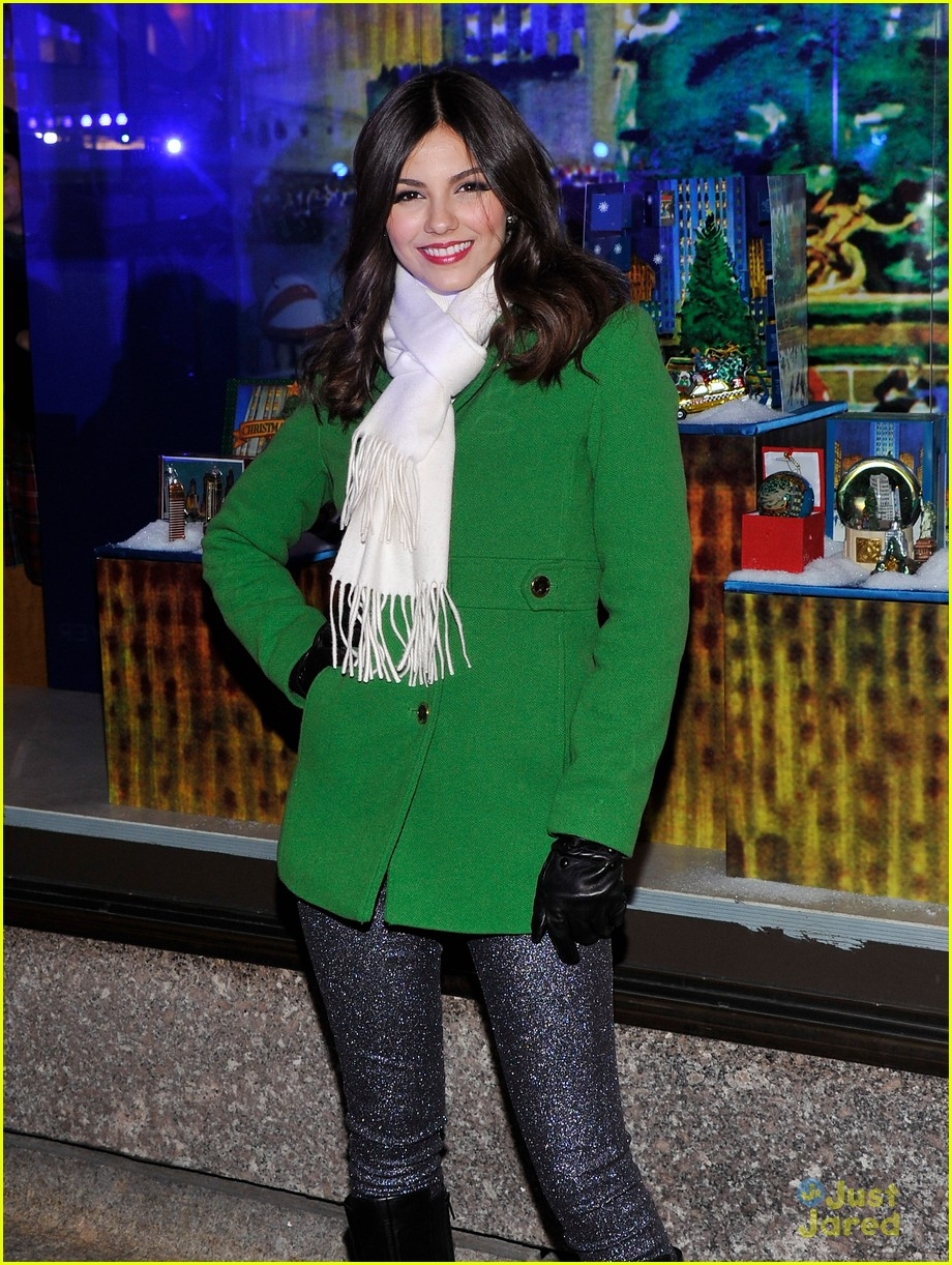 victoria justice rockfeller tree lighting 07