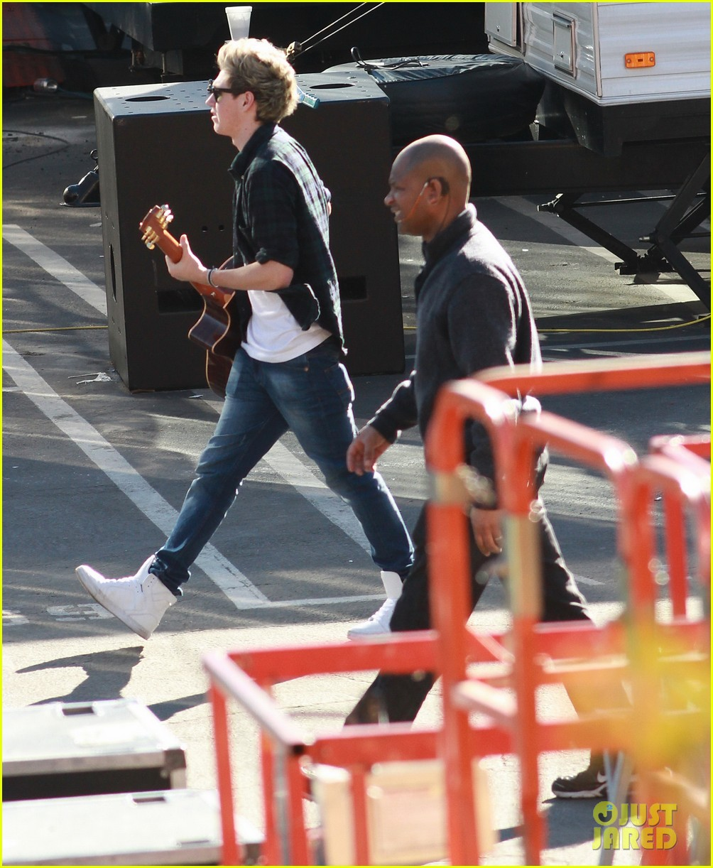 one direction hanging out backstage 29
