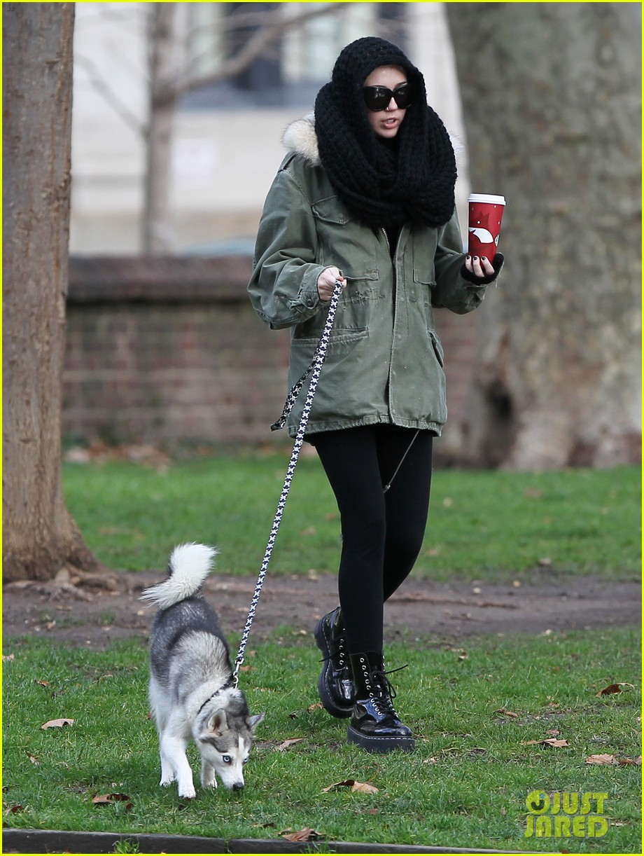 miley cyrus walking floyd philly 05