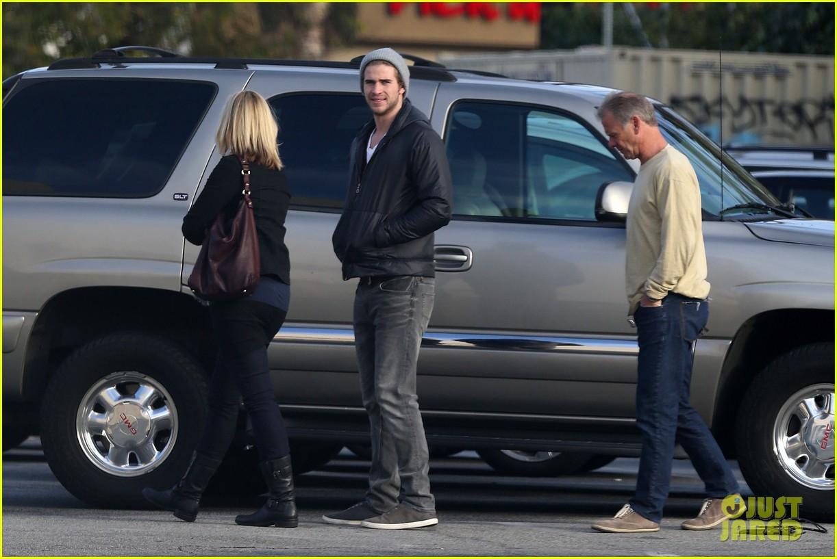 liam hemsworth shopping with mom dad 04