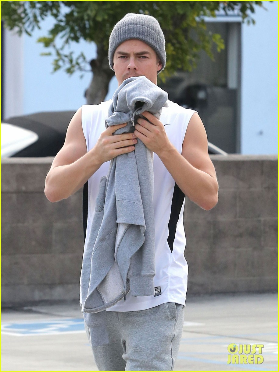 derek hough lunch at california pizza kitchen 04