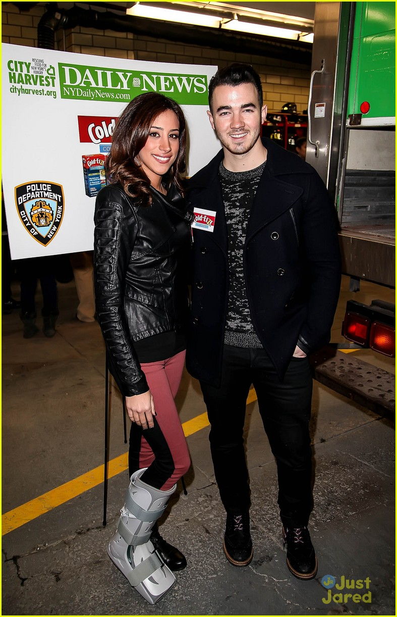 kevin danielle jonas fdny food drive 05