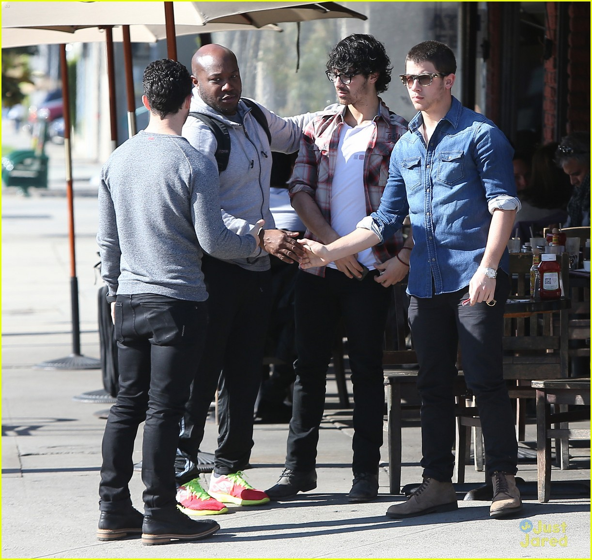 http://cdn03.cdn.justjaredjr.com/wp-content/uploads/pictures/2012/12/jonas-lunch/jonas-brothers-kings-road-lunch-04.jpg