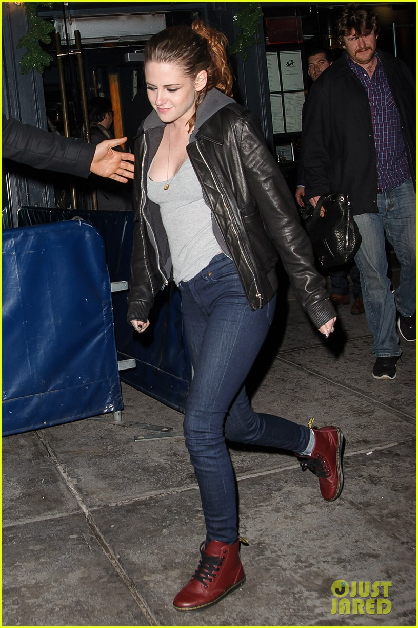 kristen stewart leaving on the road party 08