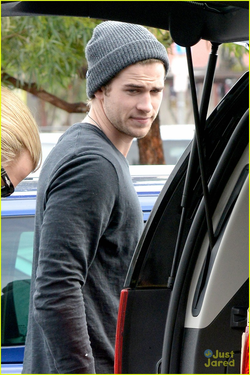 liam hemsworth shopping chris 02