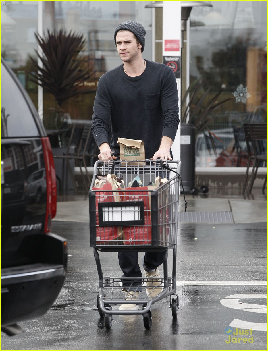 liam hemsworth shopping chris 06