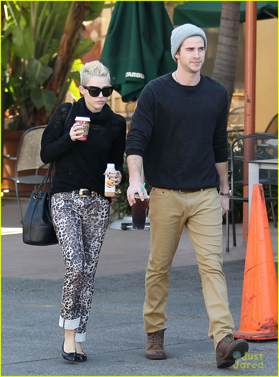 miley cyrus liam hemsworth holding hands at starbucks 12