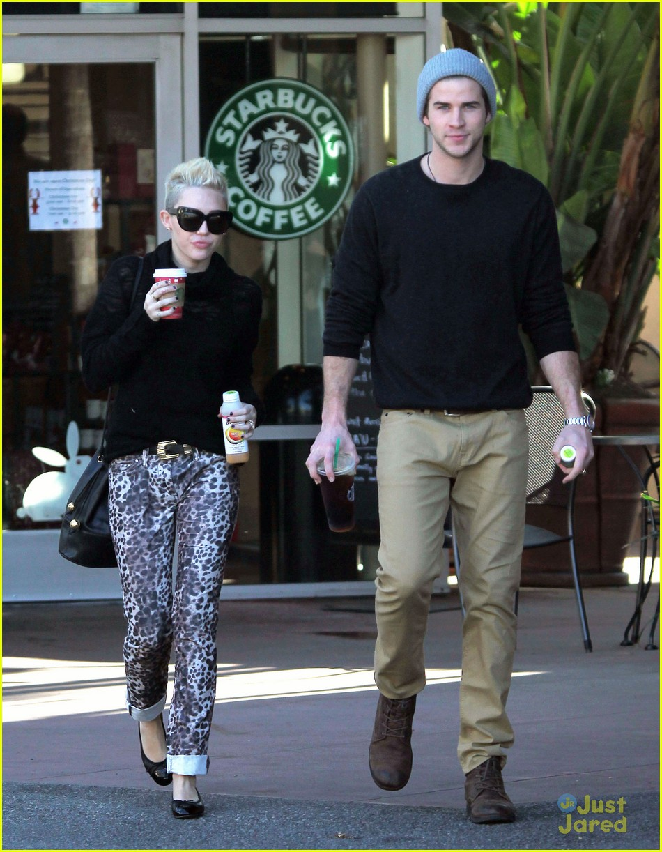 miley cyrus liam hemsworth holding hands at starbucks 16
