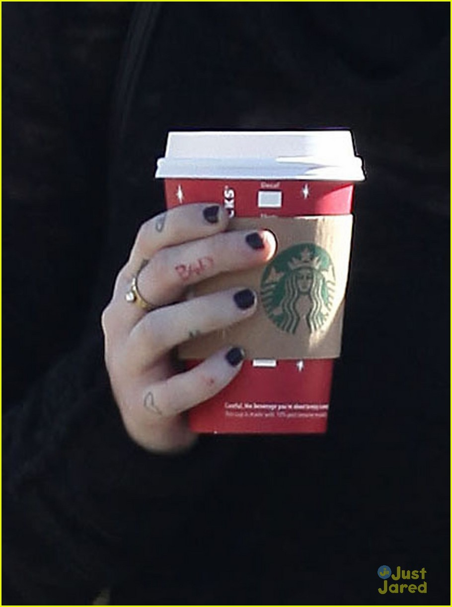 miley cyrus liam hemsworth holding hands at starbucks 21