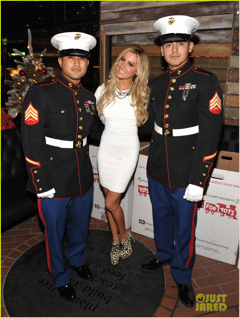 ashley tisdale blondie girl holiday party 08