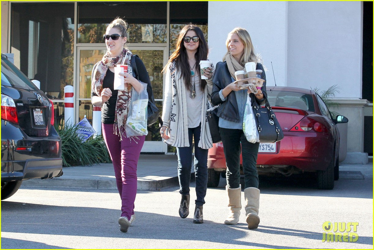 selena gomez smiling at starbucks 02