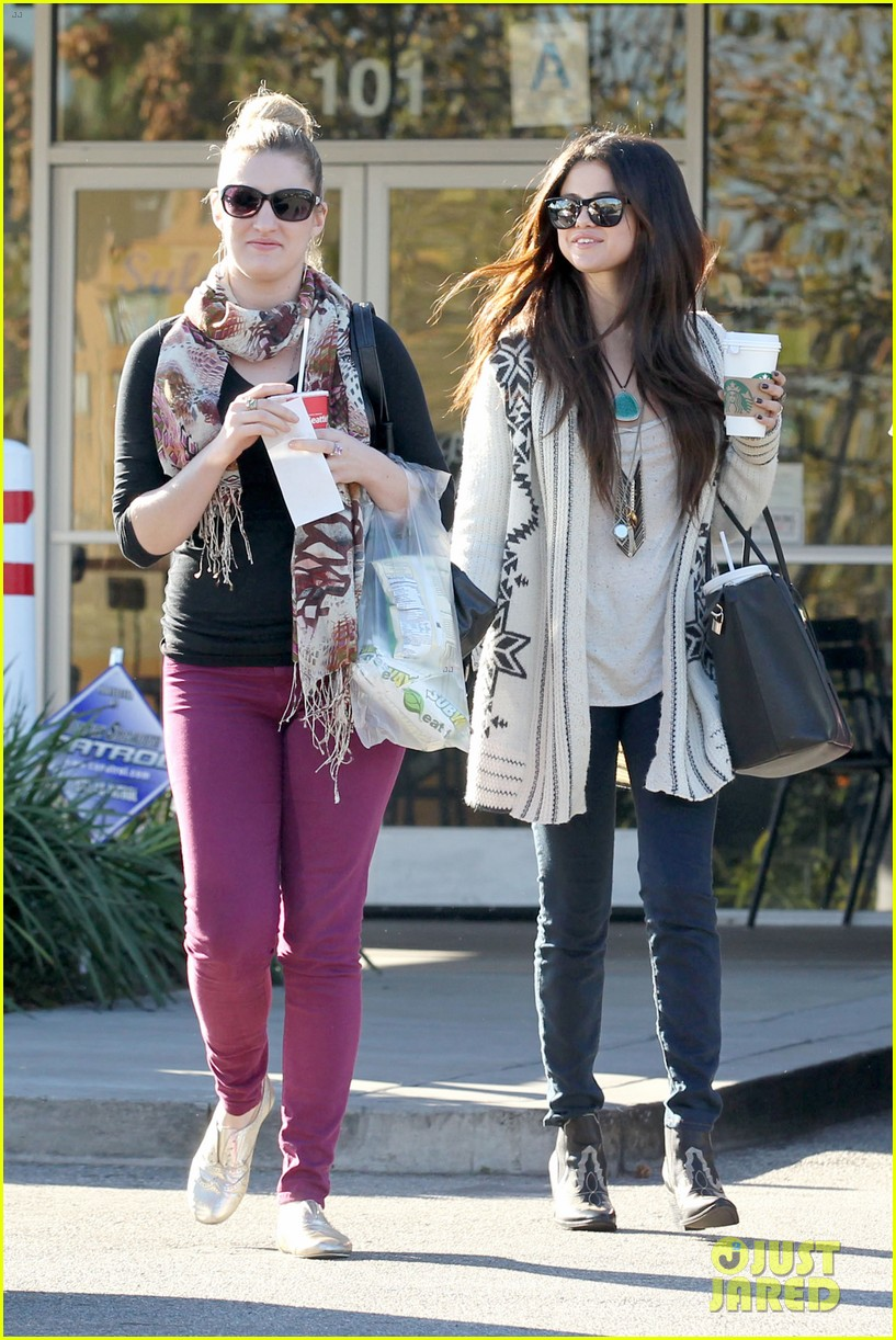 selena gomez smiling at starbucks 05