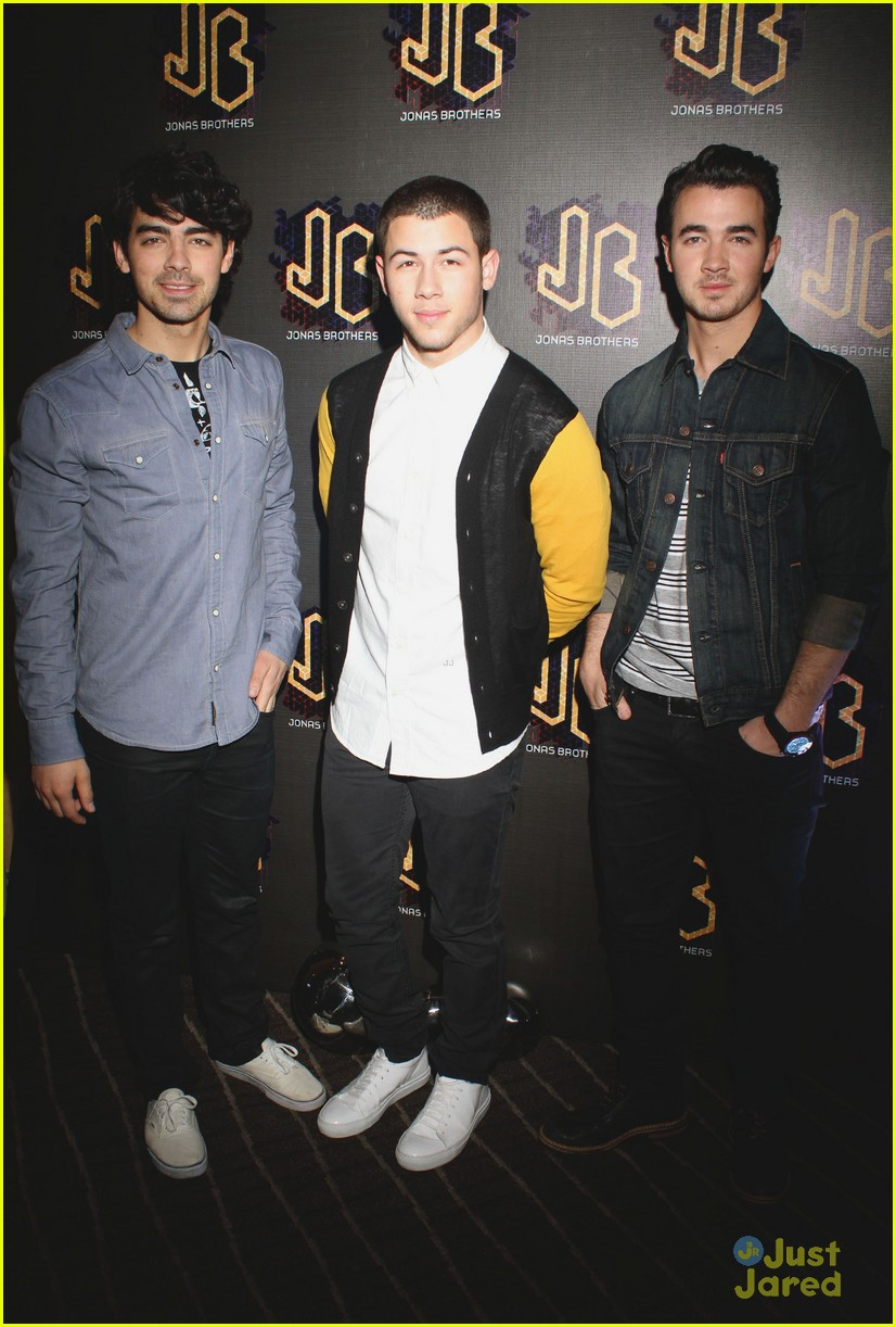 jonas brothers married photo call 05