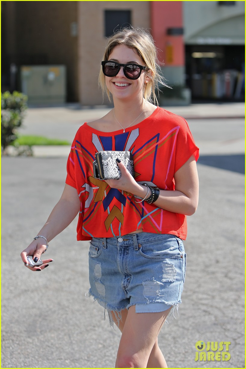 ashley benson hugos breakfast stop 02