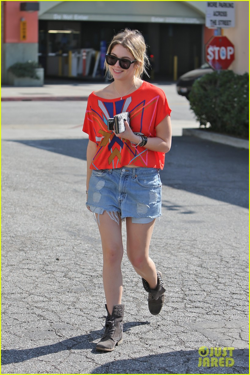 ashley benson hugos breakfast stop 14