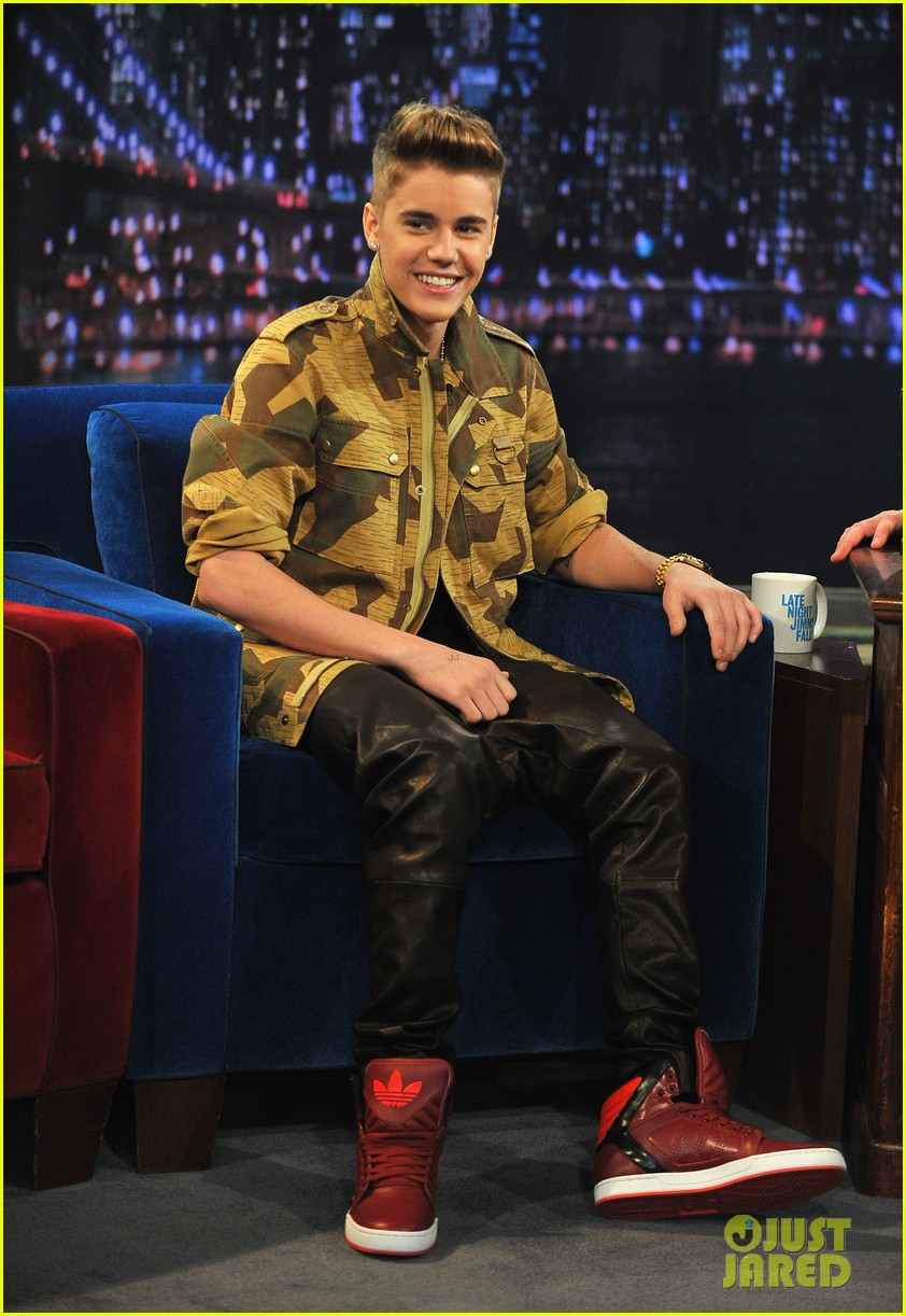 justin bieber late night appearance abs 03