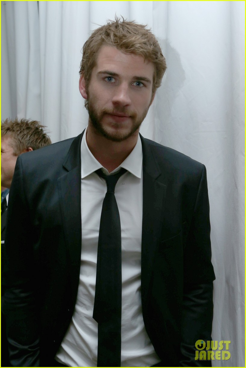 taylor lautner liam hemsworth weinstein company party 01