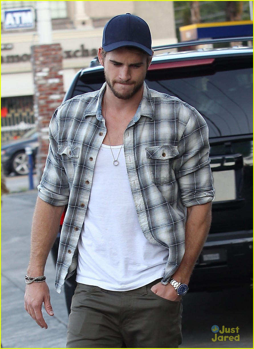 liam hemsworth lunch studio city 03