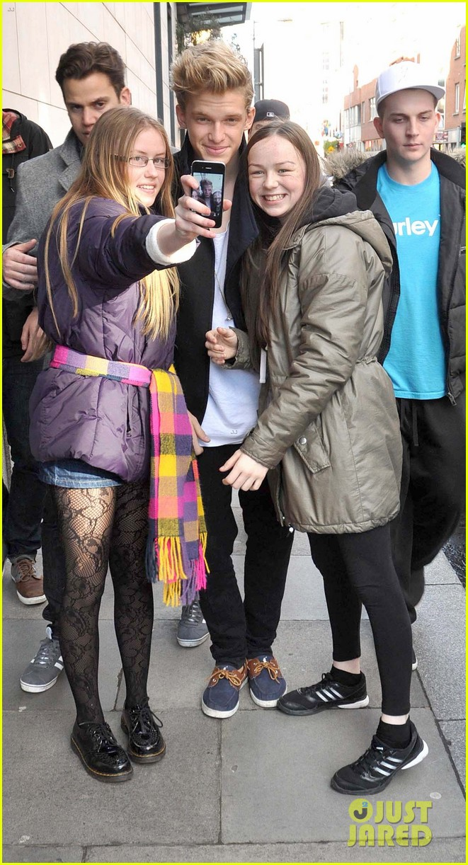 cody simpson greeting fans in dublin 03