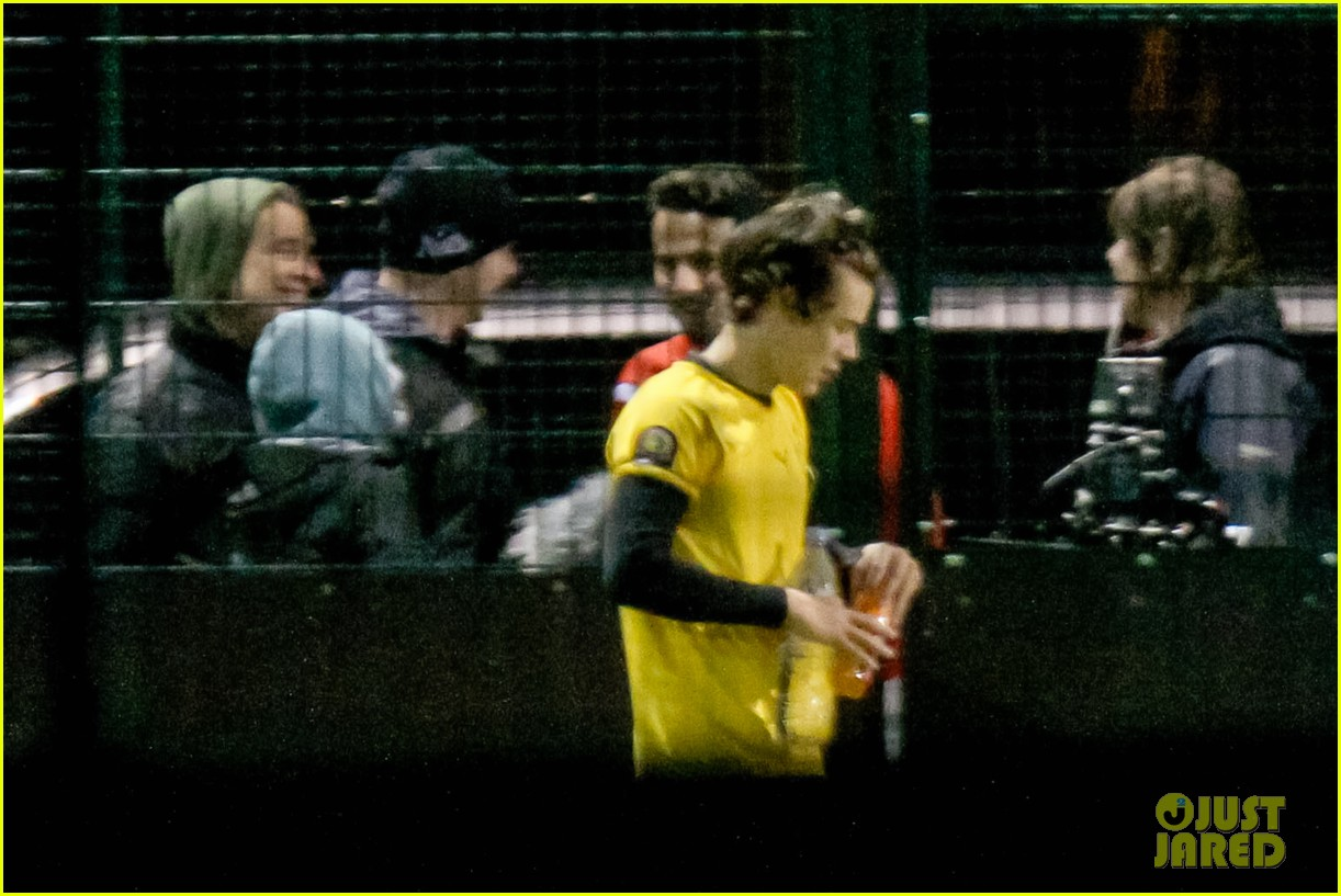 harry styles louis tomlinson soccer guys 04