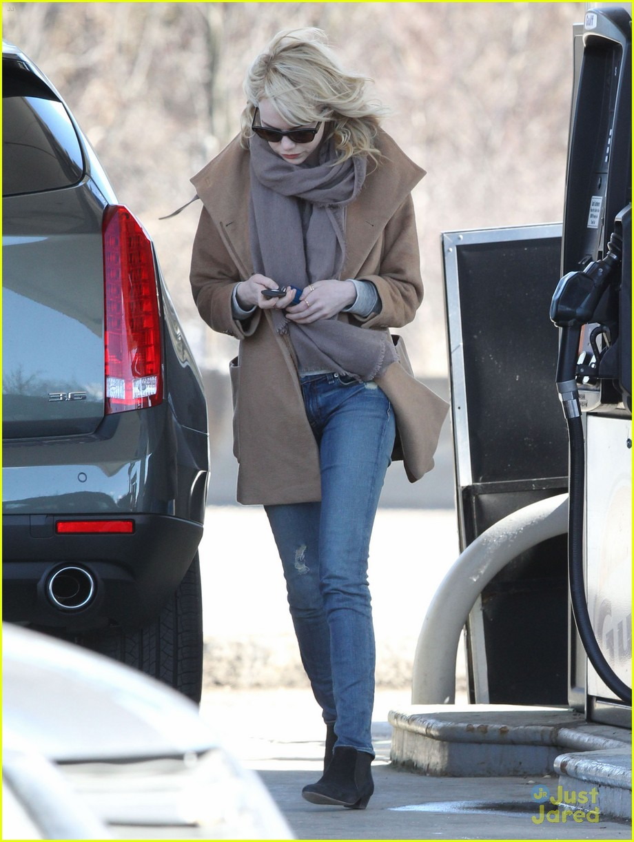 emma stone gas station stop 04