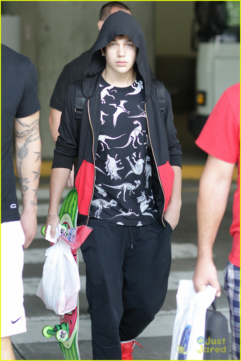 austin mahone arrives in vancouver 02