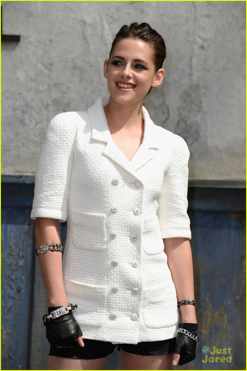 kristen stewart front row at the chanel show 05