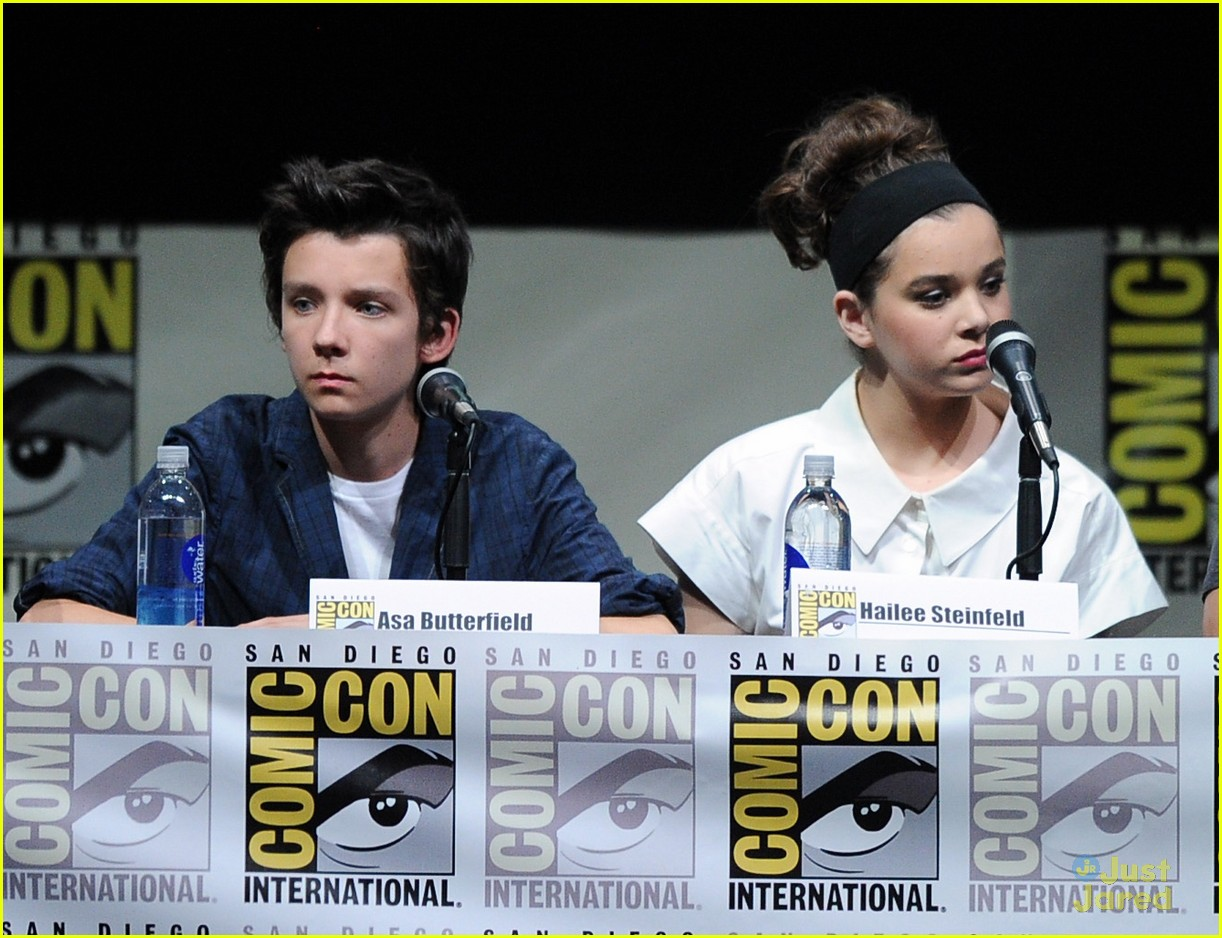 hailee steinfeld 39 ender 39 s game 39 comic con panel with asa butterfield photo 578292 photo. Black Bedroom Furniture Sets. Home Design Ideas