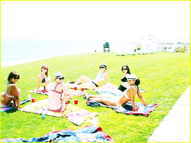 taylor swift bikini babe at fourth of july party 07