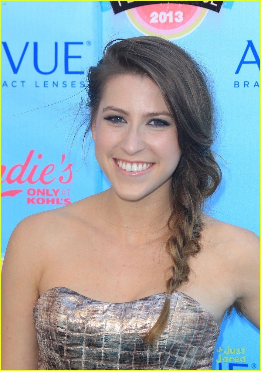 The 25-year old daughter of father (?) and mother(?), 165 cm tall Eden Sher in 2017 photo