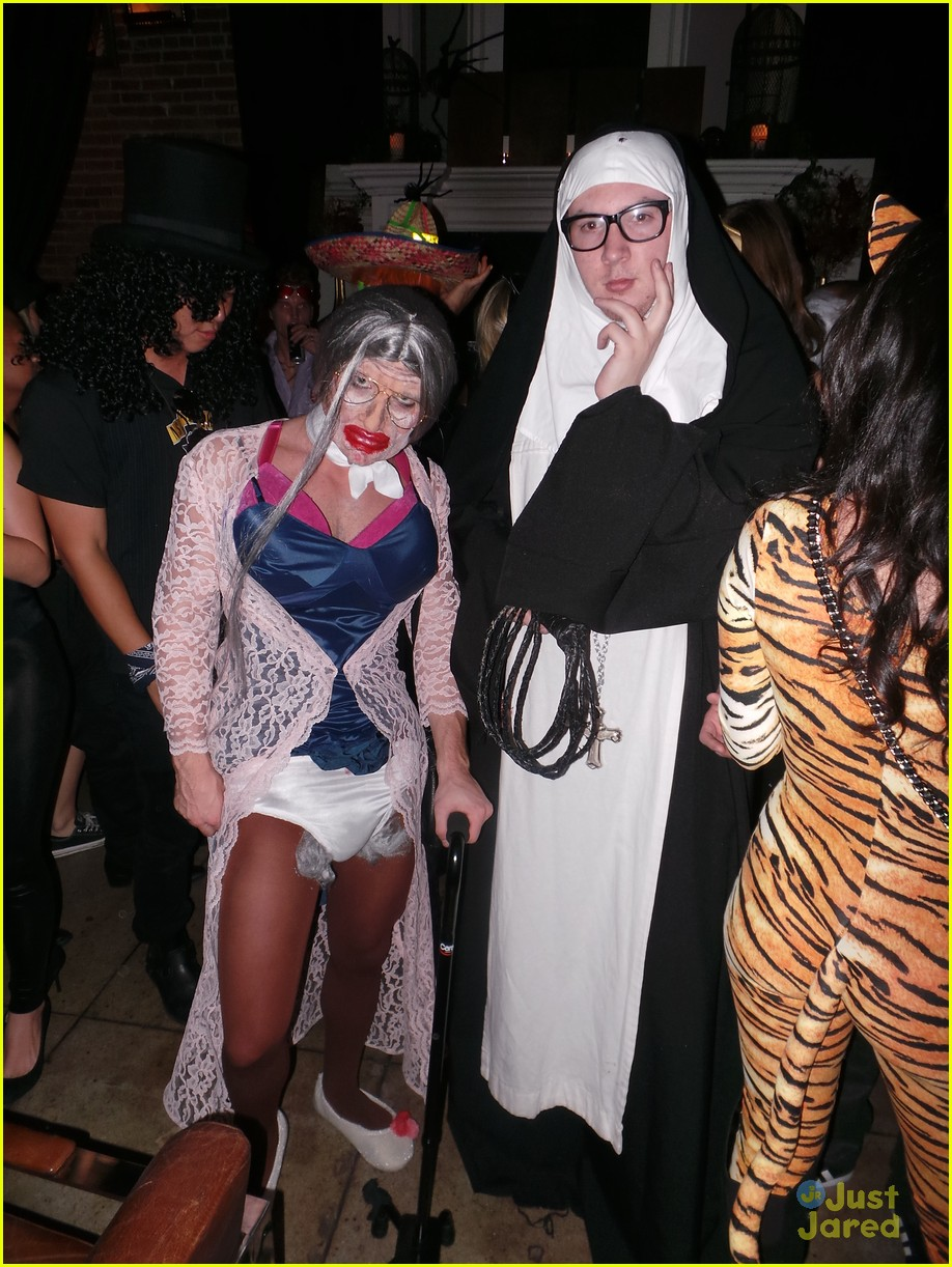 chord overstreet chris colfer matt morrisons halloween party 06