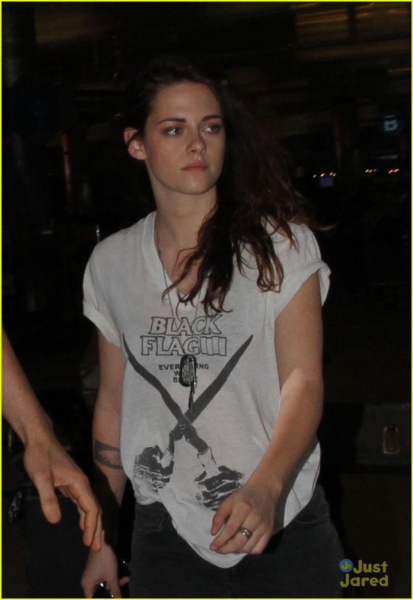 kristen stewart tattooed arm at lax 04