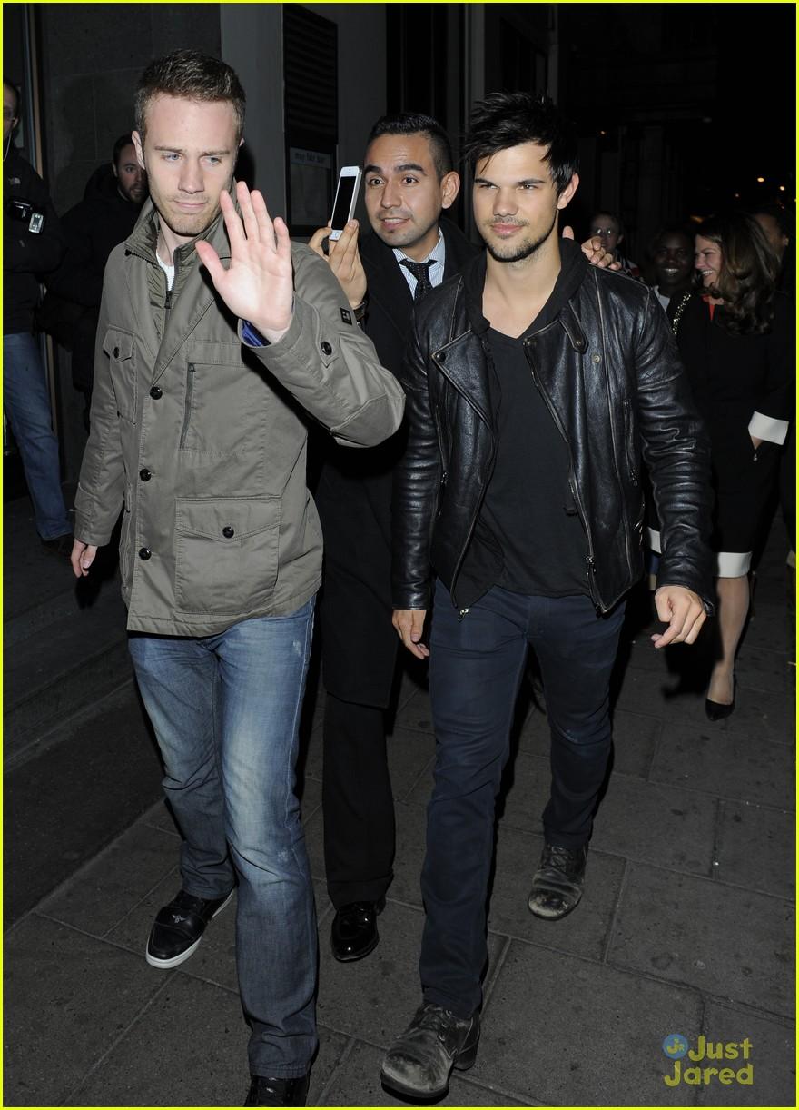 Taylor Lautner ( Twilight) Taylor-lautner-cracks-up-friends-london-04