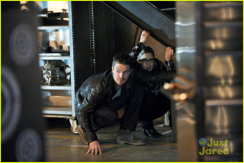 arrow man behind hood stills 01