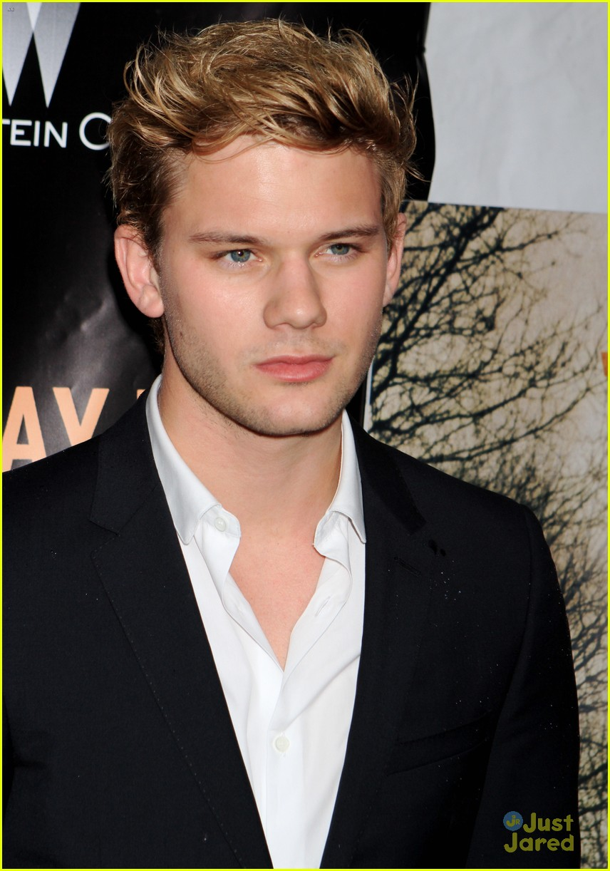 jeremy irvine shows off new light locks at the railway man premiere