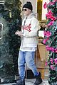 Justin-mob justin bieber attracts a mob of fans while out shopping 01