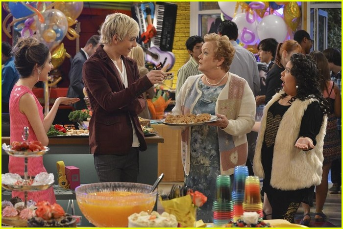 austin ally hold hands sonic boom closing 04