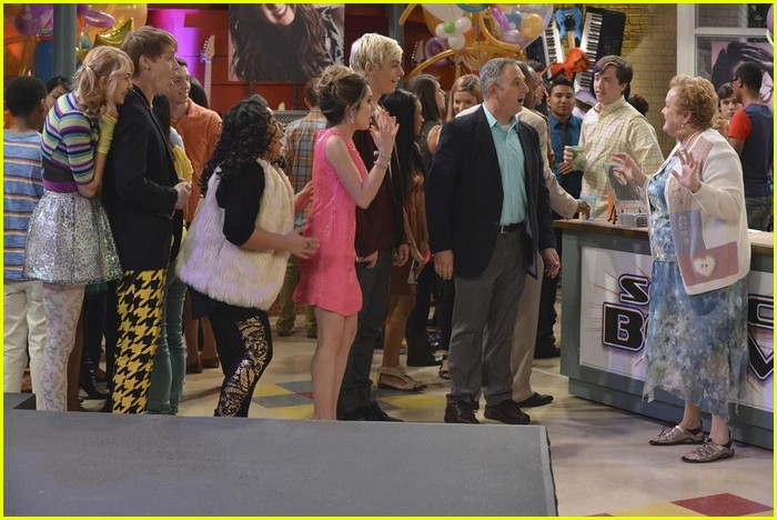 austin ally hold hands sonic boom closing 06